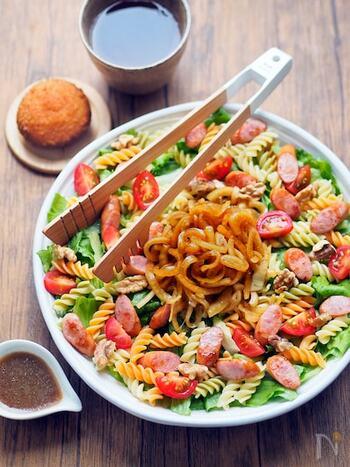 作り置きしておくとなにかと重宝する、黒酢玉ねぎドレッシングを使ったサラダ。ウインナーも入ってボリュームも満点。