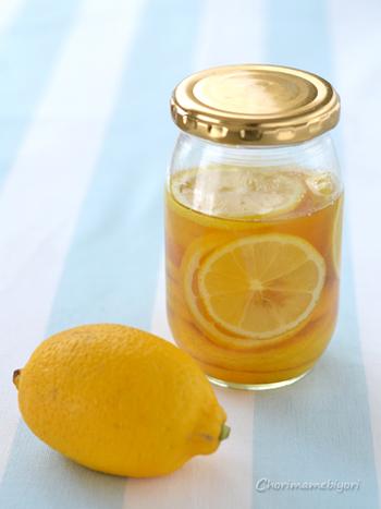 そのまま食べたり、炭酸水で割ってレモネードにしたり、かき氷のシロップにしたり。これからの暑い季節に食べたくなるレモンのはちみつ漬けです。レモンは皮ごと漬けるので、国産でなるべく無農薬のものを選びたいですね。甘くて爽やか、夏バテを癒してくれそうです。