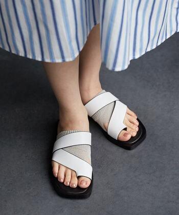 グレージュがかったパールのネイルは、サンダル×トングソックスなどのレイヤードコーデにも相性抜群です。足が綺麗に見える効果もあります。