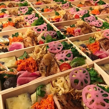 「季節のオリジナル弁当」(料理の合計金額が14,300円~/税込)から、『季節の彩り弁当』。抗菌作用を持つエゾ松の折り箱に、ご飯と使季節のおかず8〜10種類がギッシリ。
