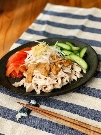 麻婆豆腐は美味しいけれど、もう少しお肉が欲しい…そんなときには、バンバンジーを加えてみるのもよさそうですね。鶏むね肉を使っていますので、さっぱり。