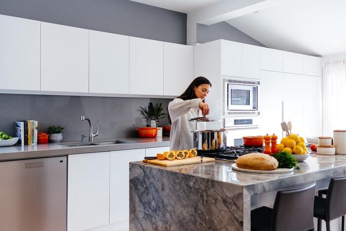 意識して背筋を伸ばすだけでも、以外と筋肉を使います。家事をしている間も、美しい姿勢を維持することを意識してみて♪