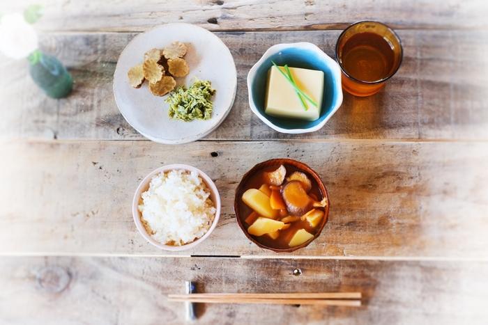 朝ごはんは体温や代謝をアップさせるためにとても重要です。食べ過ぎは胃に負担をかけることもあるので気をつける必要がありますが、体内時計のリズムに合わせて正しい食習慣を送ることでお腹もすっきりしやすくなります。