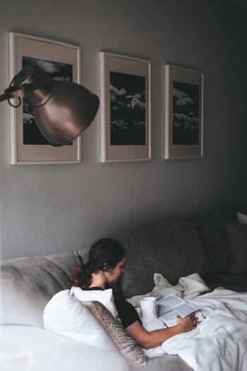 ソファやベッドなど、部屋に寝転がれるスペースがあるとついだらけてしまいがち。ソファからクッションをどかしてみたりと、寝転がりたくならないような工夫をしてみましょう。