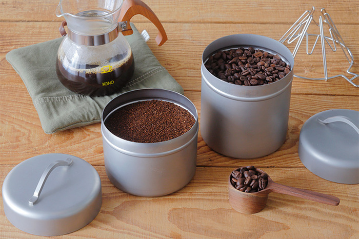 ステンレスのマットな質感がかっこいいコーヒー缶。シンプルなので、どんな場所にも馴染みそうです。Sサイズにはコーヒー豆が約220g、Mサイズには約300g入ります。紅茶派の方はティーバッグを入れても◎