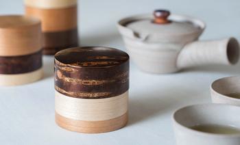 200年以上の歴史を持つ樺細工の輪筒。桜皮、くるみ、かえでなど違う素材を組み合わせ、美しいデザインを生み出しています。しっかり密閉でき、丈夫なので長く愛用できますね。コーヒー豆、紅茶、日本茶の保存に適しています。