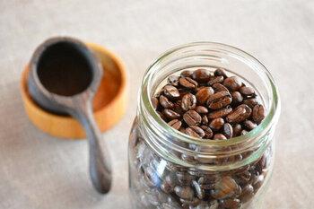 ケヤキの蓋がナチュラルな印象のキャニスター。蓋はネジ切り加工が施されているため、ストレスなく開け閉めできる上、しっかり保存できるのが魅力。Mサイズはコーヒー豆が約120g入ります。