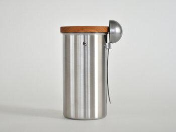 600mlサイズはコーヒー豆が約200g入ります。たっぷり飲む方におすすめ。こちらのサイズにはフックが付いていて、別売りのメジャースプーンを掛けられます。さっと使えて便利ですね!