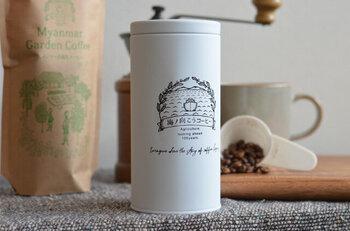 海と船とコーヒーの木がデザインされたロゴがおしゃれなキャニスター。スリムな形で場所を取らずに置いておけます。コーヒー豆は約220g入ります。