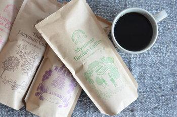 コーヒー豆がセットになっているので、プレゼントにもおすすめ!豆は4種類から選べます。フルーツ感の強いものや、スパイシーなもの、チョコレートのような甘みがあるものなど個性豊か。好みに合わせてお選びください♪