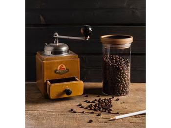 スタイリッシュでかっこいい印象のキャニスター。コーヒー豆が約300g入り、大容量なのが嬉しいポイントです。