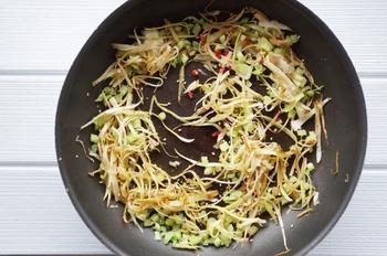 サラダだけでなく、野菜を炒めたりする前にサラダスピナーで水切りしてから使うと、水気による油はねの防止にもなります。