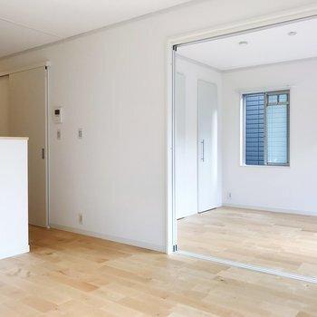 空気の入り口になる窓は狭く(10~20cm程度が目安)開け、出口となる窓は全開にすると、より風通しの効率を上げられるのだとか。風向きを意識して、調整するようにしましょう。  また、この考え方は浴室などにも応用可能。  入浴後に換気扇を回す場合も、換気扇=出口と考えて、バスルームのドアを細く開けておくことで、浴室より乾いた部屋の空気が浴室内に吸引されて湯気が逃げやすく、より素早く換気・乾燥ができますよ。