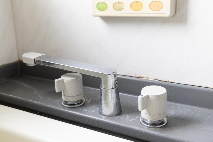 浴室周りで、油断するとあっという間についてしまう「水垢(みずあか)」。 水道水に含まれるカルシウムやマグネシウムが乾燥したものなので、水を使う以上はどれだけ気を付けてもついてしまう汚れの一つです。そしてこの水垢…なんとカビの大好物!  梅雨の前に、一度徹底的にやっつけておくのが安心です。