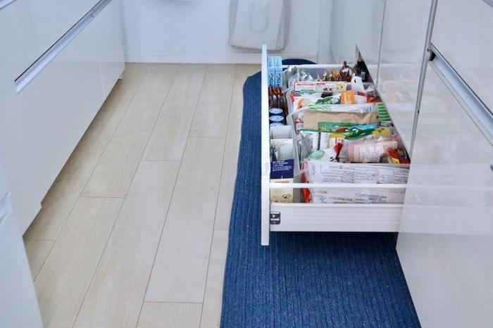 この冷蔵庫やパントリー内の整理をするタイミングで、備蓄用の食品を整理するのもオススメです。  備蓄用の乾物は、先述のとおり、古いものは食べきるようにすると良いでしょう。「缶詰」や「レトルト」は湿気に左右されない、比較的買いおきしやすい食材です。