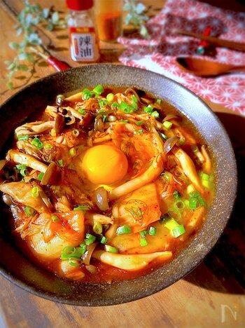 キムチと豆腐としめじの組み合わせで、ボリューム満点なのにとってもヘルシーなレシピです。味付けはキムチとめんつゆだけなので失敗知らず。キムチの辛さで体が温まり寒い季節はもちろん、身体を冷やしがちな暑い季節にもおすすめですよ。