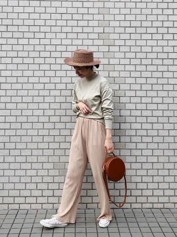 コロンとしたサークルバッグやカンカン帽で、レトロ気分をさらに盛り上げて♪