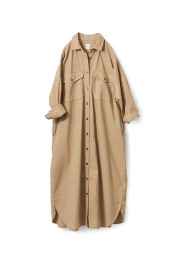 シンプルなシャツのデザインながら、ポケットやスリットなど今っぽさが散りばめられています。リネン混のコットン生地でさらりと着やすい。