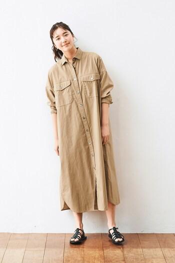 一枚で着れば、スリットがさり気なく軽やかでオシャレです。袖のアレンジで雰囲気が変わります。サンダルで足元を涼し気に。