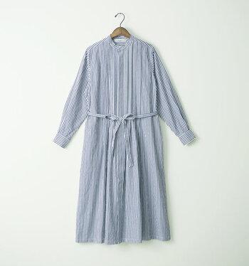 フロントのタックと丸い襟など、女性らしいデザインが楽しめるシャツワンピースです。爽やかなストライプがこれからの季節にぴったりです。