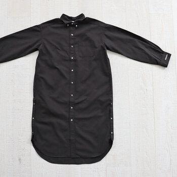 シャツをそのまま大きくしたようなシルエットが印象的なワンピースです。裾のラウンドカットがかわいらしい。サイドのスリットはボタンで調節可能です。
