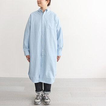 一枚で着るとシャツのゆったりとしたシルエットが楽しめます。体が服の中で浮く感覚が心地よさそう。