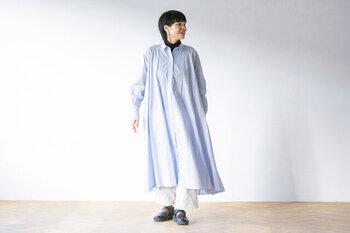 一枚で着れば、裾のフレアが波打って美しい動きを楽しめます。ハイネックを覗かせて襟元に視線を持ってくれば、バランスも◎。