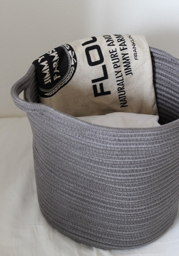 本のコットン100%のロープを中心からぐるぐる巻いて作ったというバスケットです。両方に持ち手が付いているので、収納アイテムとしても使えます。ざっくり収納にぴったりですね。
