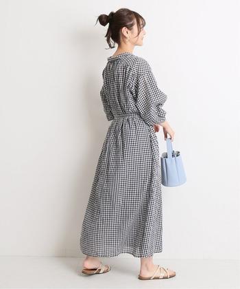 空気をはらんだようなふんわりとしたシルエットのワンピースです。細かなチェック柄やボリュームのある袖が女性らしい。ウエストにリボンが付いています。