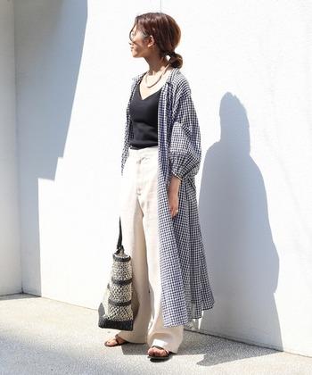 透け感のある素材だから、重ね着しても重たくならない。チェック柄や裾のフレアがコーディネートに奥行きを与えてくれます。