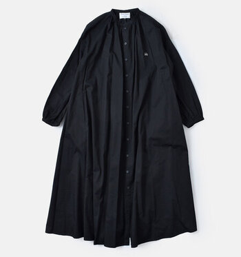ハリのあるコットン素材で、襟元にたっぷりとギャザーが寄せられているワンピースです。裾に向かって落ちていくラインがボリュームがあってかわいらしい。
