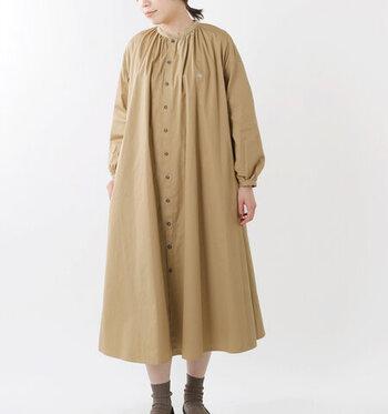 襟元に寄せられたたっぷりのギャザーが柔らかな表情を作っています。張りのある素材で作られる裾のフレアも素敵です。袖をまくれば違った印象に。