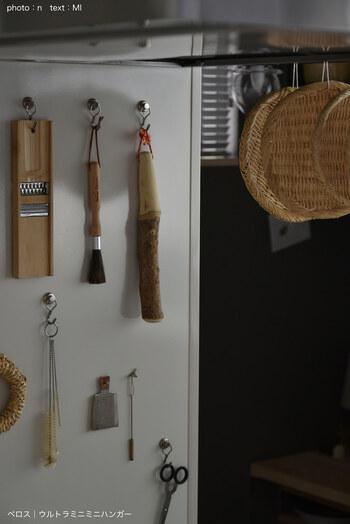 ひとつのフックに、ひとつの道具を引っかけることで、ディスプレイのように◎ デザイン性の高い道具選びをすれば、あえて見せることでおしゃれなキッチンになります。  重いキッチンツールは吊り下げられませんが、すりこぎ、はさみなど、好きな場所にレイアウトしてみては。