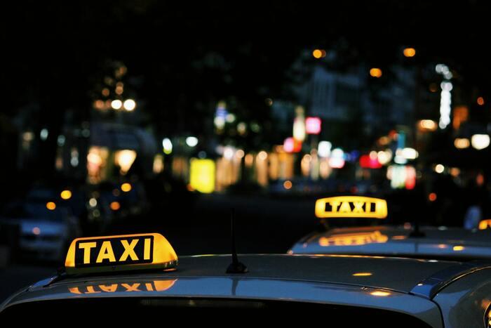 ぜひ、夜にぼーっと観てほしい映画。途中流れてくる音楽も素敵。さまざまな都市の場面が出てくるが、個人的にはニューヨークとパリの場面がすき。タクシーの中、という狭い世界で繰り広げられる会話がおもしろい。