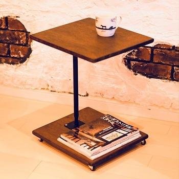 サイドテーブルを購入するだけでなく、DIYで作ることもできますよ!こちらは、ウォールナット風のキャスター付きサイドテーブル。合板とジャッキーを組み合わせた低コストで完成するサイドテーブルです。