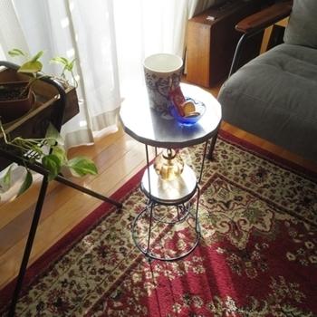 こちらは、100円ショップで購入したというフラワースタンドがモロッコ風なサイドテーブルに変身♪読みかけの本やスマホの一時置き場にぴったりなテーブルですね。