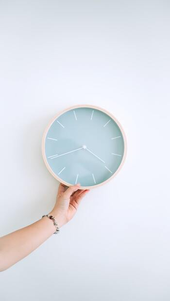 今後、自宅での運動を習慣化させていきたいという方は、時間を決めて取り組んでみましょう。ついダラけてしまいがちな自宅中心の生活にメリハリをつけることもできますよ。具体的な時間を設定してもいいですし、お風呂に入る前や寝る前など行動と結びつけてもいいでしょう。