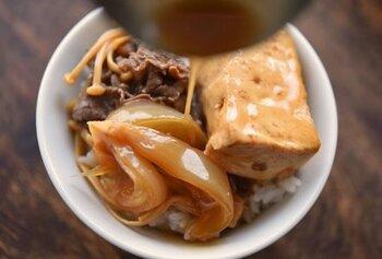 シンプルな調味料で煮込むだけなのに、思わずおかわりしたくなる「肉豆腐」のレシピです。ごはんとの相性も抜群なので、ぜひどんぶりでどうぞ。牛こま肉、木綿豆腐、玉ねぎ、きのこ類があれば作れます。