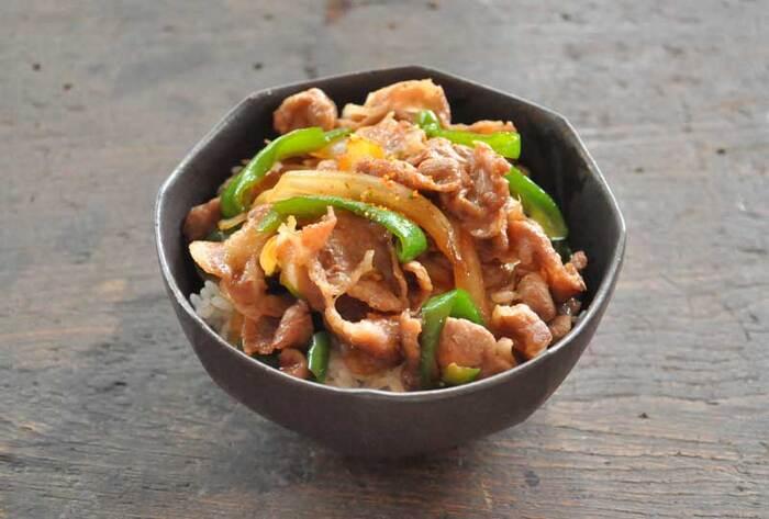 手頃なお値段の豚肉で作る、「豚丼」のレシピです。豚こま肉のほか、玉ねぎやピーマンなど冷蔵庫にあるお野菜で作れますよ。調理はフライパンひとつで済むので、洗い物も少なく済みます。