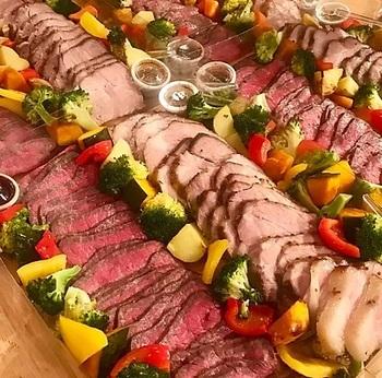 A5黒毛和牛のローストビーフと国産豚肩ロースのハニーマスタードローストが詰められた『お肉料理のボックス』。
