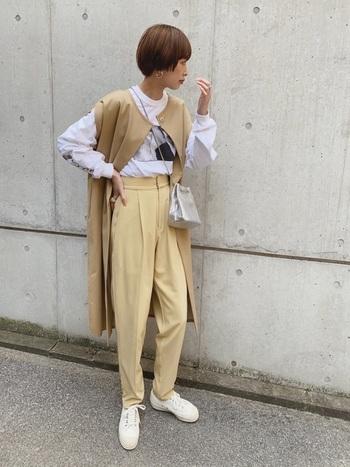 カジュアルなイメージのオーバーサイズのプリントTシャツには、トレンチ素材のロングベストを羽織ってあげると、ちょっぴりオフィスっぽい女性らしい雰囲気に。
