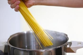 料理には専用の調理器具がなくても、別のもので代用できる場合があります。例えばパスタ鍋がなくても、別の鍋でパスタを茹でることはできますね。代用できる調理器具は思い切って処分しましょう!