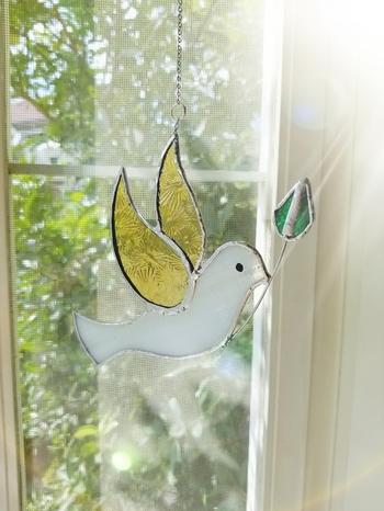 カラフルなステンドグラスのタイプは、お部屋の中でもひときわ目立つ存在に。鳥は幸運を呼ぶと呼ばれているそうで、太陽の光もプラスされて、ダブルでハッピーになれそうなアイテムです。