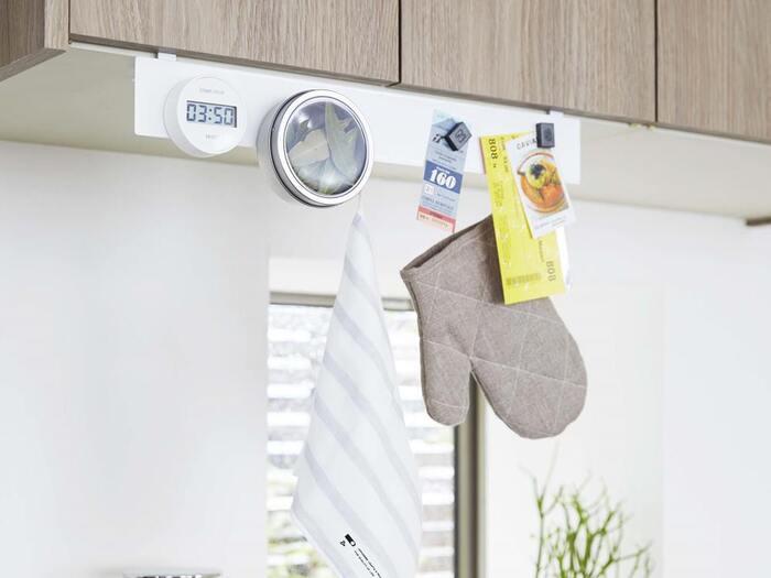 マグネットボードのフックを戸棚に引っかけられるアイテム。マグネットがくっつく場所がないとお困りの場合に便利です。 戸棚を加工しなくて良いのが嬉しいポイント。  キッチンタイマーや料理のメモ、ミトンなど、磁石を使えばあらゆるキッチンツールを引っかけることができます。  ただ、ハサミやピーラーといった刃物は、万が一落ちた時に危ないので、上には吊り下げないようにしましょう。