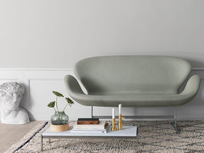 1872年にデンマークで生まれた高級インテリアブランド「FRITZ HANSEN(フリッツ・ハンセン)」がコペンハーゲンのSASロイヤルホテルのために作ったラグジュアリーなソファー。曲線だけで構成された丸みを帯びたフォルムからは、包み込むような優雅さが伝わってきませんか?