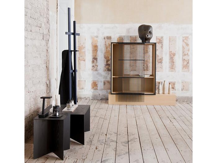 無垢材のぬくもりが感じられる「Paperwood Coffee Table(ペーパーウッド コーヒーテーブル)」は、先が細くカットされた鋭い脚が特徴。お部屋を洗練された軽やかな空間へと変えてくれそうです。