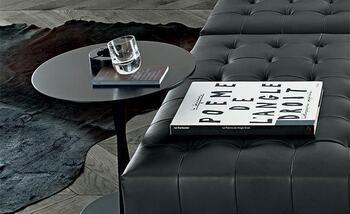 イタリア生まれの家具デザイナーであるロベルト・バルビエリによる「FLUTE SIDE TABLE(フルート サイドテーブル)」。