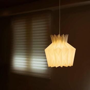 「PINEAPPLE LAMP(パイナップル ランプ)」は名前の通り、パイナップルをモチーフにデザインされたペンダントランプ。
