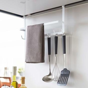 こちらはレンジフードに取り付けられるフック。レンジフードの溝に引っかけるだけなので、誰でも簡単に収納スペースが増やせます。  おたま、泡だて器、フライ返しもすぐ手に取れ、見た目もスッキリしています。布巾やキッチンペーパーもかけられる、便利な収納グッズです。