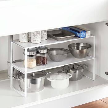 シンク下に丁度良いサイズの棚が見つからないときは、伸縮タイプの収納棚が便利です。これまではシンク下で使っていたけど、次はコンロ下のスペースで使いたいといったときも、棚の幅を調整できます。  バットやざる、アルミホイルやラップなどあらゆるキッチンツールの収納に使えるので、重宝する収納棚です♪